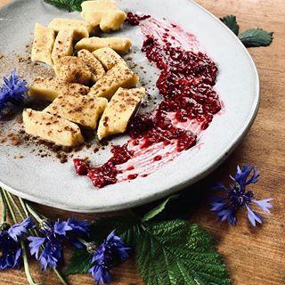 Leniwe dla leniwych czyli ekspresowe pierożki z serem bez sklejania. Zrobione z samopszy i koziego twarożku smakują wybornie do tego obowiązkowa polewka z masła i posypka z cynamonu, sos malinowy opcjonalnie. Za każdym razem gdy lądują na stole wywołują uśmiech na twarzy😃😃😃 Kto chętny na przepis?