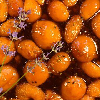 O morelach św. Hildegarda nie pisała za to niestety brzoskwinie i śliwki zostały przez nią uznane za trucizny kuchenne.