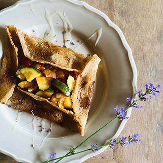 Pomysł na letni obiad💚Orkiszowy naleśnik z ratatouille, kozim serem, miodem i lawendą💜 czyli nie można już zjeść nic lepszego ani zdrowszego